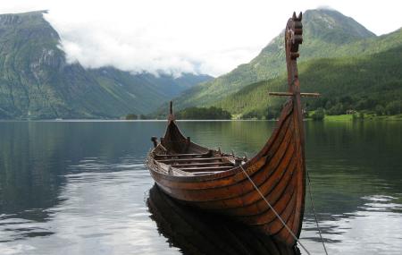 Ako vedeli drevné lode Vikingov odolať korozívneho pôsobenia slanej vody? Severomorské cestujúci  si ošetrili s ohňom drevné materiály, ktoré použili na stavanie loďa. Pochopenie fungovania tepelne upravového dreva sa pochádza od Fínov, ktorí v roku 1990 založili tepeľne upravenú metódu. Takže čo je to tepelne upravená metóda? Stručne, je také drevo, ktoré pomocou tepelnej úpravy sa stane mimoriadne trvanlivou.